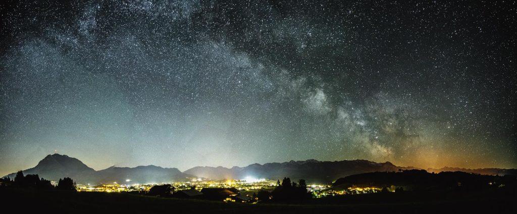 Milchstraßen Panorama mit Lichtverschmutzung